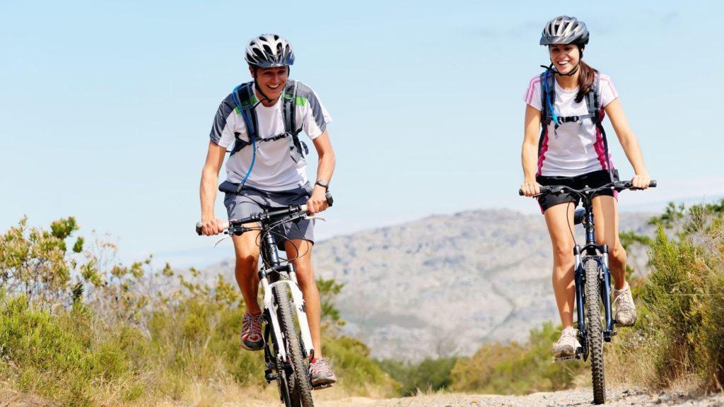 זוג רוכב על אופניים
